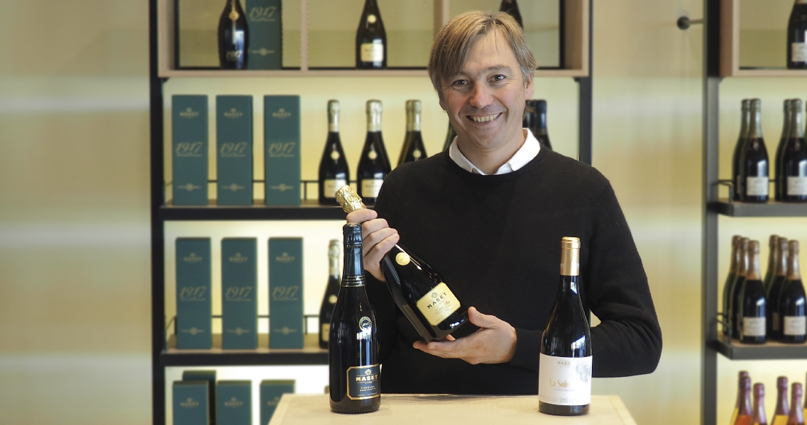 Marc Massana, propietario de la bodega, con los 3 vinos premiados