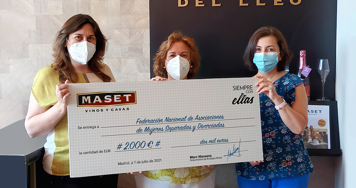 Teresa Simón i Juana Aguilar de FNAMSD reben el xec d'Elena Ponce, la nostra delegada de Madrid