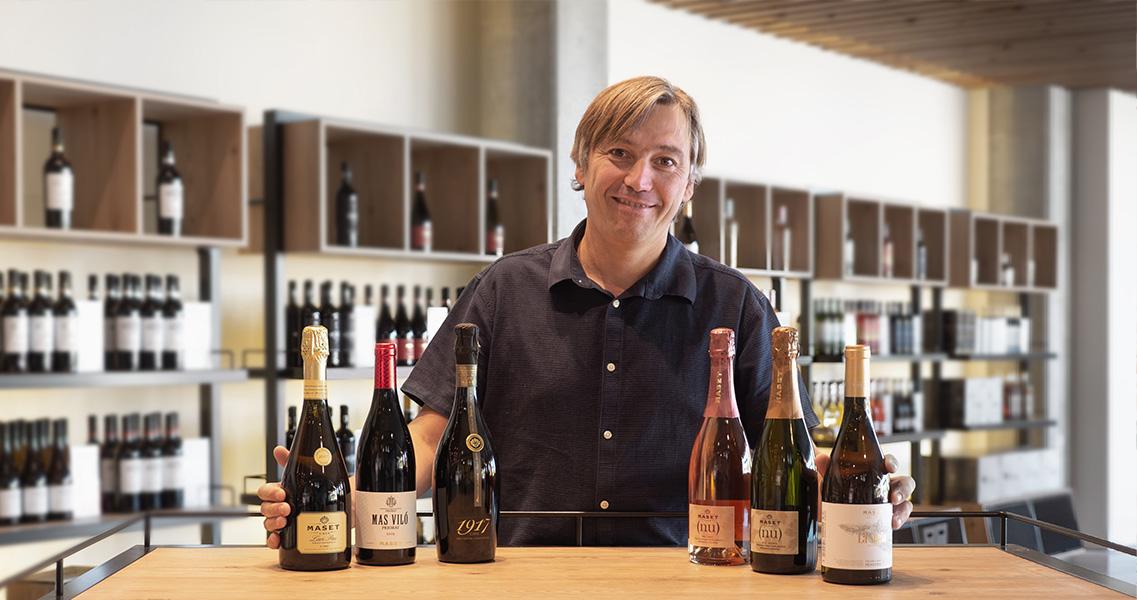 Marc Massana, propietario de la bodega, con los seis vinos premiados